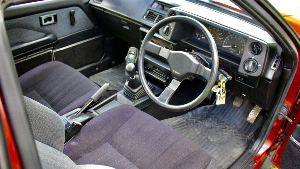 Corolla GT AE86 interior